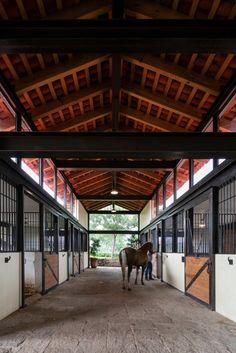 Dream barn : La Stella Ranch by AE Arquitectos Dream Stables, Dream Barn, Horse Barn Designs, Horse Ranch, Horse Property, Ranch Life, Horse Stalls, Horse Farms, Squat