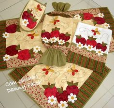 Resultado de imagem para patchcolagem natal pano de prato Sewing Crafts, Sewing Projects, Cross Stitch Kitchen, Sewing Aprons, Mug Rugs, Table Toppers, Applique Quilts, Fabric Painting, Diy And Crafts