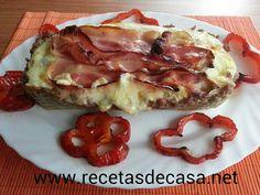 Pastel de carne relleno de tortilla de patatas y cubierta de queso y bacon