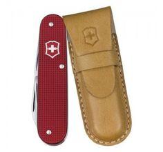 Victorinox Cadet Alox Rød Limited Edition kommer natuligvis i en flot gaveæske med et lille læder-etui.  Perfekt som gave til en du holder særligt meget af!