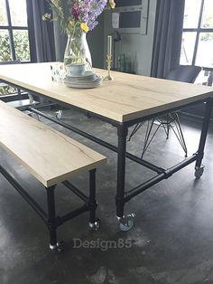 Industriële tafel met tafelblad van melamine en steigerbuis onderstel in de kleur zwart!