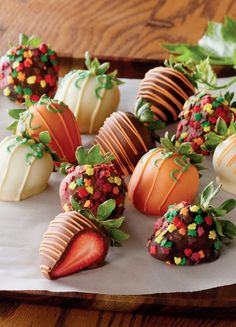 Perfectly sweet and easy Thanksgiving dessert: Fall-inspired chocolate covered strawberries. These treats are great to add to the dinner table or buffet.(Chocolate Strawberries Covered)