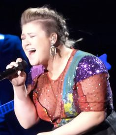 Another day, another cover courtesy of songstress Kelly Clarkson