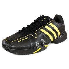 Los tenis negro y amarillo