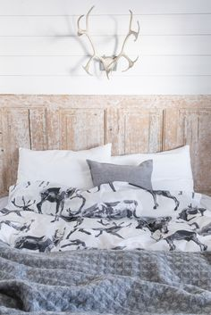 PENTIK - Fauna Duvet Cover Set Poro  Fauna Poro (Reindeer) duvet covers bring nature into your dreams. Designed by Lasse Kovanen, the duvet cover is 150x210 cm in size and the pillow case 50x60 cm. Made of 100 % cotton, they are machine washable at 60 degrees.