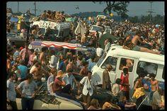 Gapブランド誕生45周年を記念して、当時のアメリカをルックバック。 1969年のアメリカは、音楽史に残るウッドストック・フェスティバルや、人類史上初の月面着陸、セサミストリートの放送開始、ジェンダーの平等運動など歴史に残る出来事があり、若者の間ではベルボトムやローラースケートが大流行。