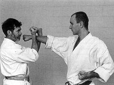 Resultado de imagen de hasami uke Karate, Martial Arts, Che Guevara, Fictional Characters, Combat Sport, Fantasy Characters, Martial Art