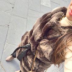Wearing high heels and a fur coat Vistiendo tacones y un abrigo de piel sin mangas, perfecto para los días de Otoño. Un outfit que será un imprescindible para esta temporada  #beautiful #fur #love #shoes #photooftheday #cute #fashion #lifestyle #details #blog #fashionblog #fashionbloggert #russia #good #girl #me #look #outfit #trend #follow #instagood #instalike #instamood #eveofstyle #chile #barcelona #italy #chic #style #fall