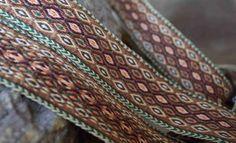 Tablet Weaving: Una Cinta Sencilla (with pattern) Inkle Weaving, Inkle Loom, Card Weaving, Weaving Art, Lucet, Tablet Weaving Patterns, Finger Weaving, Art Du Fil, Weaving Projects