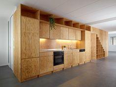 Keuken op maat in multiplex. Meer info en foto's over dit project op: http://www.interieurdesigner.be/blog/detail/wit-interieur-met-multiplex-trap-en-keuken