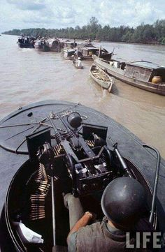 Vietnam War: River boat on patrol during Vietnam war. Also known in that theater as the Brown Water War. Vietnam History, Vietnam War Photos, American War, American Soldiers, Brown Water Navy, North Vietnam, War Photography, Indochine, Navy Ships