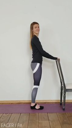 Barre fitness is low impact and therefore suitable for all levels. Whether you are a beginner or an experienced dancer, these ballet-based moves will help shape and tone your legs. videos Barre Workout for Toned Thighs Barre Workout Video, Cardio Barre, Band Workout, Workout Videos, Ballet Barre Workout, Barre Moves, Step Workout, Dumbbell Workout, Workout Plans
