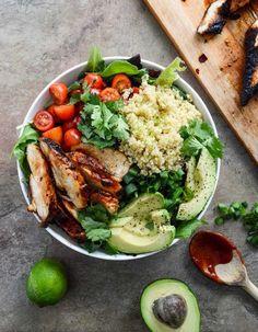 On aime l'idée de compartimenter son saladier avec des produits ultra-frais. On s'amuse avec des tomates, du poulet grillé, un avocat, de la salade verte, un peu de persil et du quinoapour l'énergie. 100% nature, 100 % healthy.Une salade gourmande et complète....