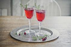 Mocktail rakkautta! Hehkuvan punainen alkoholiton karpalo-inkivääri mocktail kevään ja kesän juhliin.