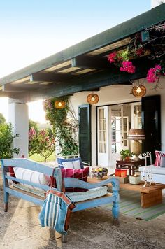 Outdoor lounge. Photo via El Mueble.: