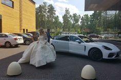 На территорию живописного санатория «Барвиха» Никита и Алена заехали на роскошном автомобиле Porsche Panamera.