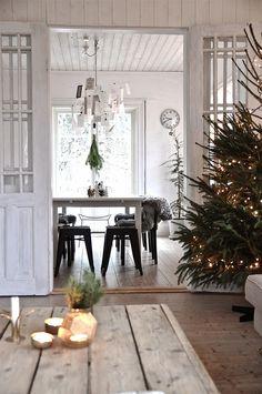 35 Rustic Natural Christmas Style This Season - Weihnachten Natural Christmas, Christmas Mood, Noel Christmas, Christmas Fashion, Scandinavian Christmas, Country Christmas, All Things Christmas, Xmas, Simple Christmas