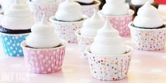 Schokoladen Cupcakes mit Erdnussbutter Füllung + Marshmallow Frosting | niner bakes