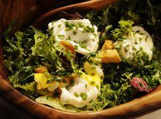 Salade Lyonnaise - Denne salaten som stammer fra Lyon i Frankrike, står på bistromenyen i hele landet: Miksen av bacon og egg, salat, brødrester og den utsøkte symfonien av eddik og olje. Prøv den til helgelunsjen i Claus Meyers tolkning!