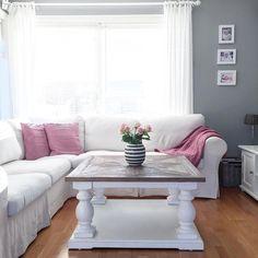 Nydelig @fruerlandsensinterior. Dubai salongbord fra #classicliving #livingroom#stue#sofa#dubaisalongbord#dubaisalongbord90almhvit#classicliving#vakrehjem#skandinaviskehjem#norge#sol#myhome#mynorwegianhome#ninterior#interior#interiør#interior4all#interiør123#vakrerom#salongbord#sofabord#omaggio#kähler#roses#roser#pink#mitthjem#finehjem#finahem#interior_and_living#drømmehjem
