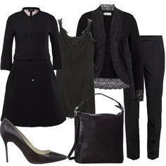 Outfit composto da pantalone classico a sigaretta nero, canotta con bordi in pizzo, cardigan con bordi in pizzo, cappotto nero svasato, scarpe nere a punta e borsa nera.