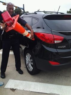 When this cop helped a driver who was out of gas. | 35 Pictures That Prove The World Isn't Such A Bad Place
