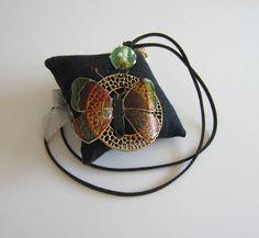 Collier pendentif anneau ajouré laiton doré, papillon en plexiglas vert -orange, 1 perle filée au chalumeau et cordon noir : Collier par d-schaetzle
