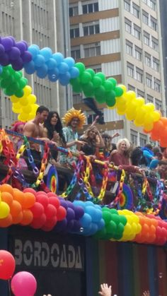 Elenco de Sense8 participa da gravação da 2ª temporada na Parada do Orgulho LGBT de São Paulo