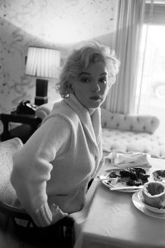 American actress, singer, and model Marilyn Monroe on the set of Let's Make Love, directed by George Cukor. Released in Get premium, high resolution news photos at Getty Images Marylin Monroe, Marilyn Monroe Fotos, Marilyn Manson, Brigitte Bardot, Classic Hollywood, Old Hollywood, Hollywood Style, Lets Make Love, Cinema Tv