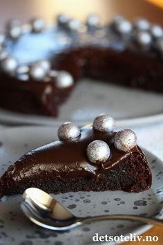 Konfektkake med lakris- og sjokoladefudge.