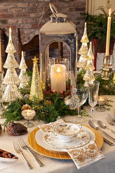 ☞ These simple yet elegant Christmas table setting ideas will give you huge amounts of motivation to make an excellent Christmas tablescape this year. Christmas Dining Table, Christmas Table Centerpieces, Christmas Table Settings, Christmas Tablescapes, Holiday Tables, Gold Christmas Decorations, Fall Table, Thanksgiving Table, Christmas Tea
