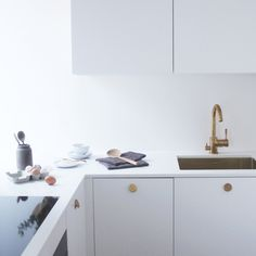 The brightness of the white multiplies the light and creates more space into a smaller kitchen. The BAGEL handles in brass add a personal touch to an otherwise minimalistic style.Helsingö INGARÖ kitchen in Clean White and BAGEL handles in brass. Home Decor Kitchen, Kitchen And Bath, Kitchen Furniture, Kitchen Dining, Ikea Furniture, Furniture Stores, Kitchen Stuff, Rustic Kitchen, Kitchen Ideas