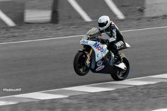 """Johann Zarco haciendo un """"caballito"""" en el Circuito de Jerez"""