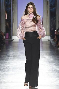 LUISA SPAGNOLI Primavera Verano HarpersBAZAARES The clothing culture is fairly old. Pink Fashion, Fashion 2020, Curvy Fashion, Couture Fashion, Fashion Show, Fashion Dresses, Womens Fashion, Fashion Design, Fashion Trends