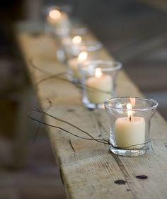 Velas decorativas em copos de vidro.
