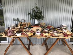 Grazing table perfection on the South Coast NSW. Grazing table perfection on the South Coast NSW. Plateau Charcuterie, Charcuterie Board, Charcuterie Wedding, Appetizers Table, 21st Party, Grazing Tables, Wedding Catering, Wedding Food Bars, Snacks Für Party