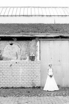 Portrait einer Braut im Brautkleid in der Tuchfabrik Euskirchen fotografiert von Anni Hochzeitsfotografie - Hochzeitsfotograf auf Köln
