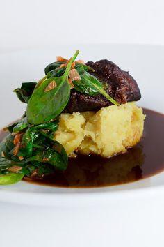 Im Le Creuset Schmortopf in Rotwein und Kalbsfond geschmorte Kalbsbäckchen mit Ingwer-Kartoffelstampf und scharfem Spinat.