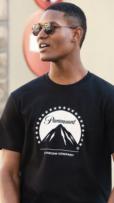 A simple way to add identity to your look is to let your tee do the talking. Wear it under a neat jacket for the ultimate smart casual update. Ramones T Shirt, Metallica T Shirt, Latest Mens Fashion, Fashion News, H M Man, Men's Wardrobe, Casual Street Style, Fashion Company, Smart Casual