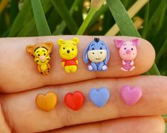 Winnie-The-Pooh stud earrings inspired. Fimo Polymer Clay, Crea Fimo, Polymer Clay Miniatures, Polymer Clay Projects, Polymer Clay Jewelry, Clay Crafts, Easy Clay Sculptures, Sculpture Clay, Cute Clay