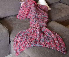 Transforma tu pequeña princesa en una hermosa criatura del mar por acurrucarse con esta manta de cola de sirena. Cada manta está hecha a mano con acrílico ultra suave y se conforma en un envoltorio para mantener los pies cálidos y cómodos.