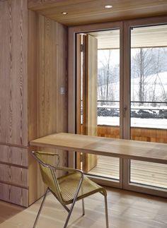 Der Innenausbau mit vielen Einbaumöbeln wird von Holz bestimmt | Bembé Dellinger Architekten und Stadtplaner ©Stefan Müller-Naumann, München