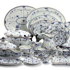 """1326/1502 - """"Musselmalet Helblonde med guld"""". Dele af middagsservice af porcelæn, Kgl. P., samt diverse dele """"Halvblonde"""" med og uden guld m.m. (87). Bruun Rasmissen. Barnebys.com"""
