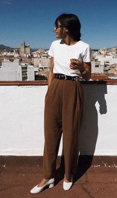 10 produções para quem ama visuais minimalistas T-shirt branca, calça clochard marrom, sapato branco