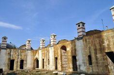 Osmanlı padişahı Fatih Sultan Mehmet'in de eğitim gördüğü Edirne'deki Saatli Medrese'nin hali içler acısı. Milyonlarca lira harcanarak restore edilen medreseyi akşamcılar mesken tuttu, yenilenen kubbelerindeki kurşun kaplamalar ise çalınıyor.   Edirne, Osmanlı'nın bıraktığı birçok manevi esere ev sahipliği yapmasıyla bilinen bir kent. Osmanlı izlerine serhat şehri Edirne'nin hemen hemen her yerinde rastlamak mümkün. Malta, Notre Dame, Istanbul, Sunrise, Building, Places, Travel, Nail, Construction