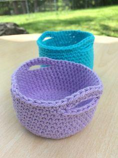 Crochet Simple Mini Basket – Free Pattern From Chunky Free Crochet Basket Patterns For Storage Crochet Unique, Crochet Simple, Crochet Diy, Crochet Home, Crochet Gifts, Double Crochet, Single Crochet, Crochet Ideas To Sell, Easy Crochet Projects