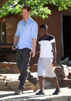 Príncipe Harry convidou para o casamento real seu melhor amigo órfão que conheceu na África