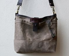 R&T MESSENGER TOTE 1909 - small waxed canvas messenger bag with iPad pocket
