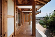 [BY 까사리빙] 빛과 바람, 정원의 꽃나무를 실내에 들이고, 중첩된 문을 열 때마다 하나씩 새로운 공간이...