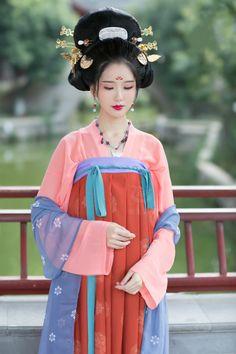 重回汉唐 Traditional chinese fashion, hanfu | Tang dynasty style | Type: 大袖衫daxiushan(broad sleeve gown) and 齐胸襦裙chest-high ruqun.